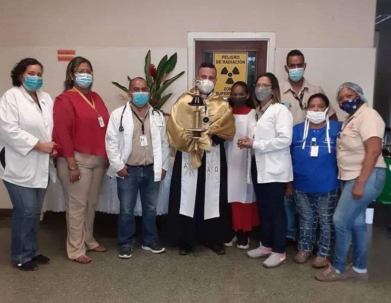 Sacerdote Edgar Rosales, realizó una paraliturgia para bendecir a todo el personal de este núcleo de salud