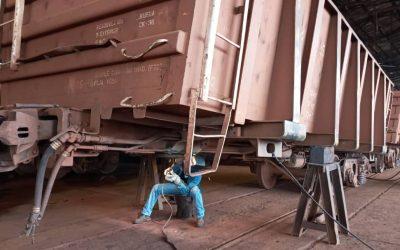 Ferromineros ejecutan labores de  mantenimientos en ferrocarril